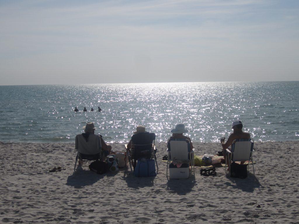 Personnes âgées en bord de mer